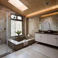 Baños de estilo  por 大觀室內設計工程有限公司