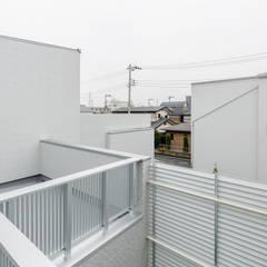 中庭のテラスハウス: 株式会社小木野貴光アトリエ 級建築士事務所が手掛けたテラス・ベランダです。