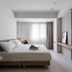 愜意。青春:  臥室 by 共禾築研設計有限公司