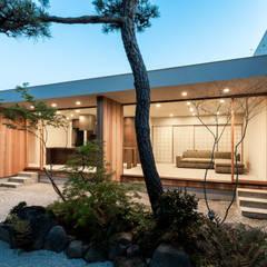 平安通の家: Architet6建築事務所が手掛けた庭です。