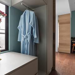 | World Island 世界島| :  更衣室 by 賀澤室內設計 HOZO_interior_design