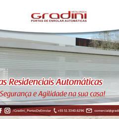 Portas de enrolar automaticas: Garagens e edículas minimalistas por Gradini Portas de enrolar automáticas