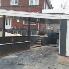 Carport in stijl met de omgeving en de bestaande bebouwing : moderne Garage/schuur door Carport Harderwijk