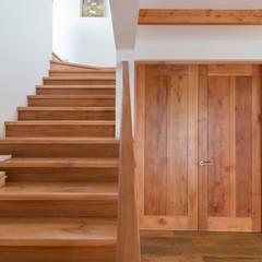 Projekty,  Korytarz, przedpokój zaprojektowane przez Grupo E Arquitectura y construcción