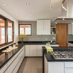 Kitchen by Grupo E Arquitectura y construcción