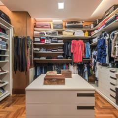 غرفة الملابس تنفيذ Andréa Buratto Arquitetura & Decoração