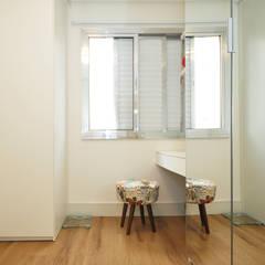 Apartamento Vila Mariana: Closets  por Condecorar Arquitetura e Interiores