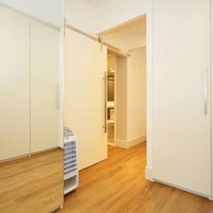 Apartamento Vila Mariana: Closets ecléticos por Condecorar Arquitetura e Interiores