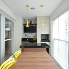 Apartamento São Caetano - 113M² Varandas, alpendres e terraços clássicos por Condecorar Arquitetura e Interiores Clássico
