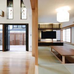 愛車と暮らす家ーリフォームー: 藤井伸介建築設計室が手掛けたリビングです。