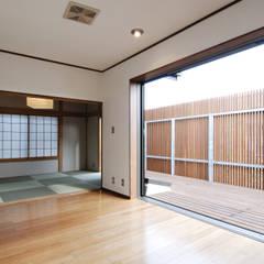 2階ウッドデッキテラスと予備室: 藤井伸介建築設計室が手掛けたベランダです。