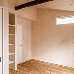 リノベーション集合住宅: 株式会社小木野貴光アトリエ 級建築士事務所が手掛けた小さな寝室です。