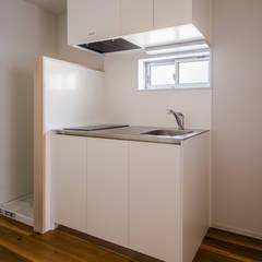 リノベーション集合住宅: 株式会社小木野貴光アトリエ 級建築士事務所が手掛けた小さなキッチンです。,オリジナル
