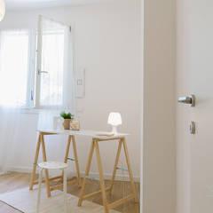 Appartamento campione in cantiere: Stanza dei bambini in stile  di Home Staging & Dintorni