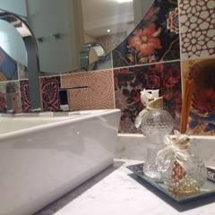 Banheiro colorido: Banheiros tropicais por Camila Danubia Arquitetura