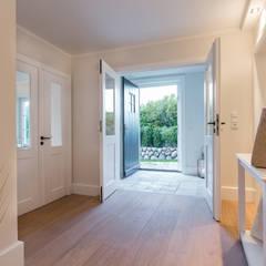 Homestaging nach Hausumbau in Westerland auf Sylt:  Flur & Diele von Home Staging Sylt GmbH