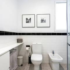 REFORMA APARTAMENTO RUZAFA: Baños de estilo  de Aguilar Arquitectos