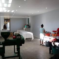 Inicio de labores de procesamiento en el área de producción.: Comedores de estilo rural por taller garcia arquitectura integral