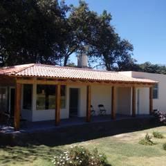Vista de fachada concluida.: Casas de estilo  por taller garcia arquitectura integral