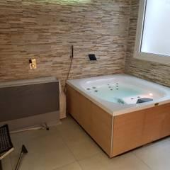 Jacuzzi da esterno o interno modello City spa .: Cantina in stile in stile Moderno di Aquazzura Piscine