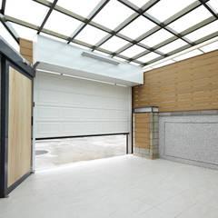 Garage/shed by 映荷空間設計