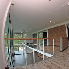 VENDO EXCLUSIVO LOFT  CERCANO A SANTIAGO VISTA PANORAMICA : Salas multimedias de estilo  por Directorio Inmobiliario,