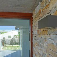 Vivienda en Sarela: Puertas de entrada de estilo  de AD+ arquitectura