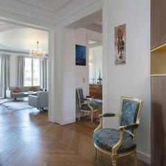 Georges V, PARIS VIII: Couloir et hall d'entrée de style  par lignedroite