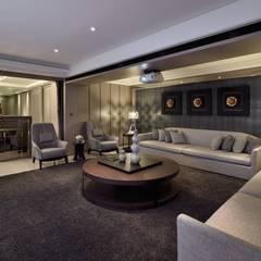 A cozy villa that enables you to escape life's hustle!:  視聽室 by POSAMO十邑設計