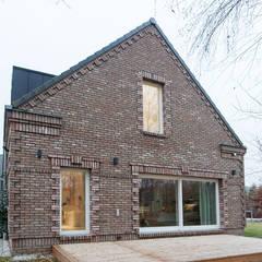 DOM NA WSI: styl eklektyczne, w kategorii Domy zaprojektowany przez oyster