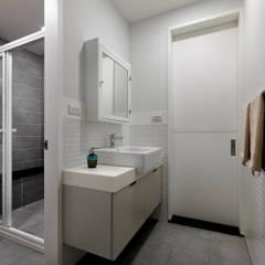 Bathroom by 倍果設計有限公司