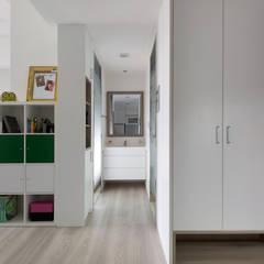 Corridor and hallway by 倍果設計有限公司