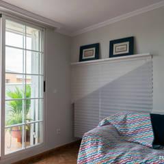 La casa familiar de Sari: Salas multimedia de estilo  de custom casa home staging