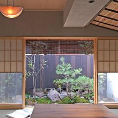 いにしえ 焼杉 ゲストハウス: 井上スダレ株式会社が手掛けた窓です。