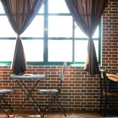 大片格子窗與鐵件家具,讓工業風不在那麼沉重,更增加了故事:  商業空間 by Lee Design International 空間&室內設計