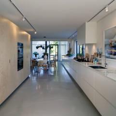 woonhuis H te Heythuysen: moderne Keuken door CHORA architecten