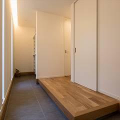玄関ホール: LITTLE NEST WORKSが手掛けた廊下 & 玄関です。