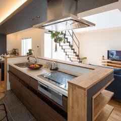 子供たちの元気な声が響く のびのび成長できる家: LITTLE NEST WORKSが手掛けたキッチンです。,モダン
