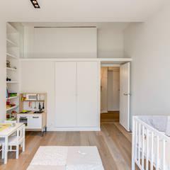 Rénovation d'un appartement Rue Daru: Chambre d'enfant de style de style Minimaliste par Mon Concept Habitation