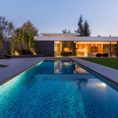 Hồ bơi trong vườn by Nicolas Loi + Arquitectos Asociados