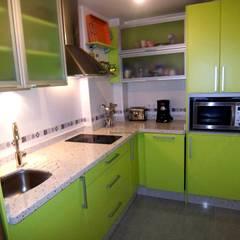 Proyecto y equipamiento de apartamento: Cocinas de estilo  de CONSUELO TORRES