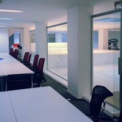 Sala de reuniones: Salas multimedia de estilo minimalista por Estudio Morphe