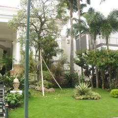 TAMAN KLASIK:  Taman by NISCALA GARDEN | Tukang Taman Surabaya