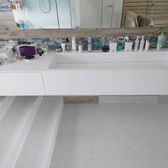 Nowoczesny salon kąpielowy: styl , w kategorii Łazienka zaprojektowany przez Luxum