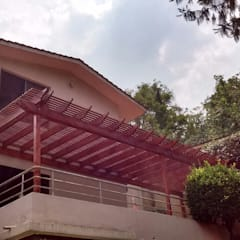 Deck de madera y pérgola en Huixquilucan: Terrazas de estilo  por Materia Viva S.A. de C.V.