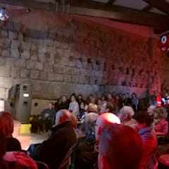 Sala Genius, la muralla es la protagonista: Salas multimedia de estilo ecléctico de Fernando Avellanas Arquitecto