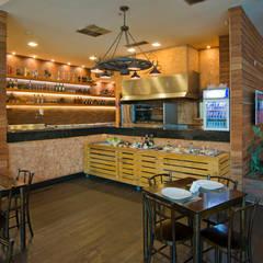 Bar e Restaurante Picanha do Cowboy contato: arquitetura@beecriativa.com.br Bares e clubes rústicos por Bee Arquitetura Criativa Rústico