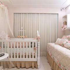 Quarto de Bebê: Quarto infantil  por Bee Arquitetura Criativa