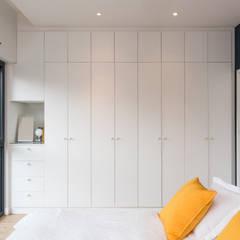 Création d'un appartement sur plans: Dressing de style  par Mon Concept Habitation