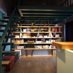 Salas de entretenimiento de estilo industrial por 果仁室內裝修設計有限公司